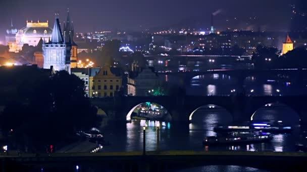 Letecký pohled na noční pražské mosty