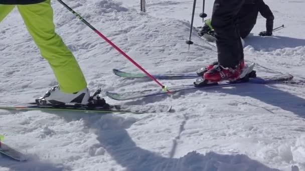 Slovensko, Jasna - 5. února 2019: Slunečný sněhový svah. Začátečník na lyžích zatáčí. Lyžování zblízka. Zpomalený pohyb