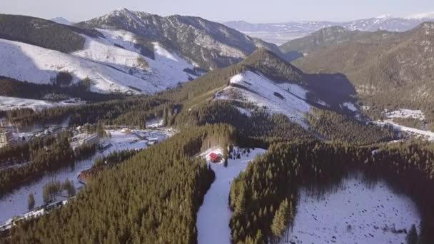 Slovenské lyžařské středisko Jasna. Slunečný zimní den. Letecký pohled