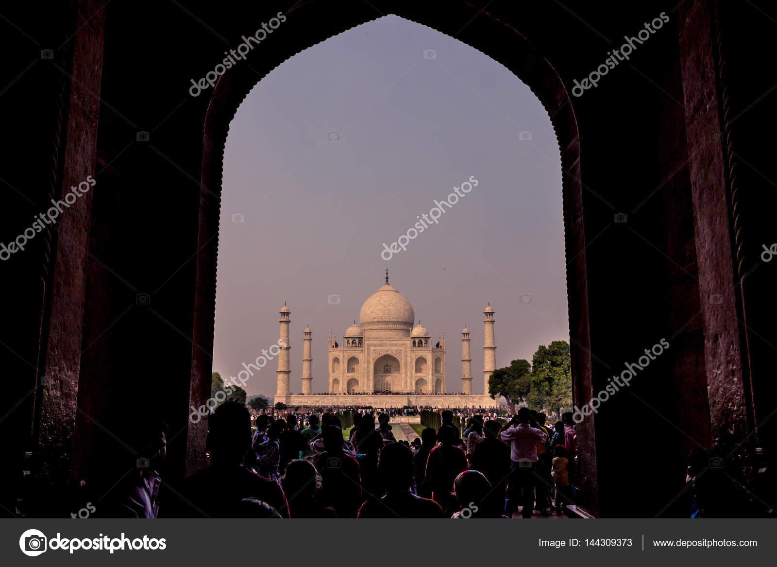 2. November 2014: Torbogen Eingang zum Taj Mahal in Agra, Indien ...