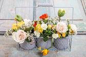 Aranžmá s jarní květy: růže, vlčí máky a c