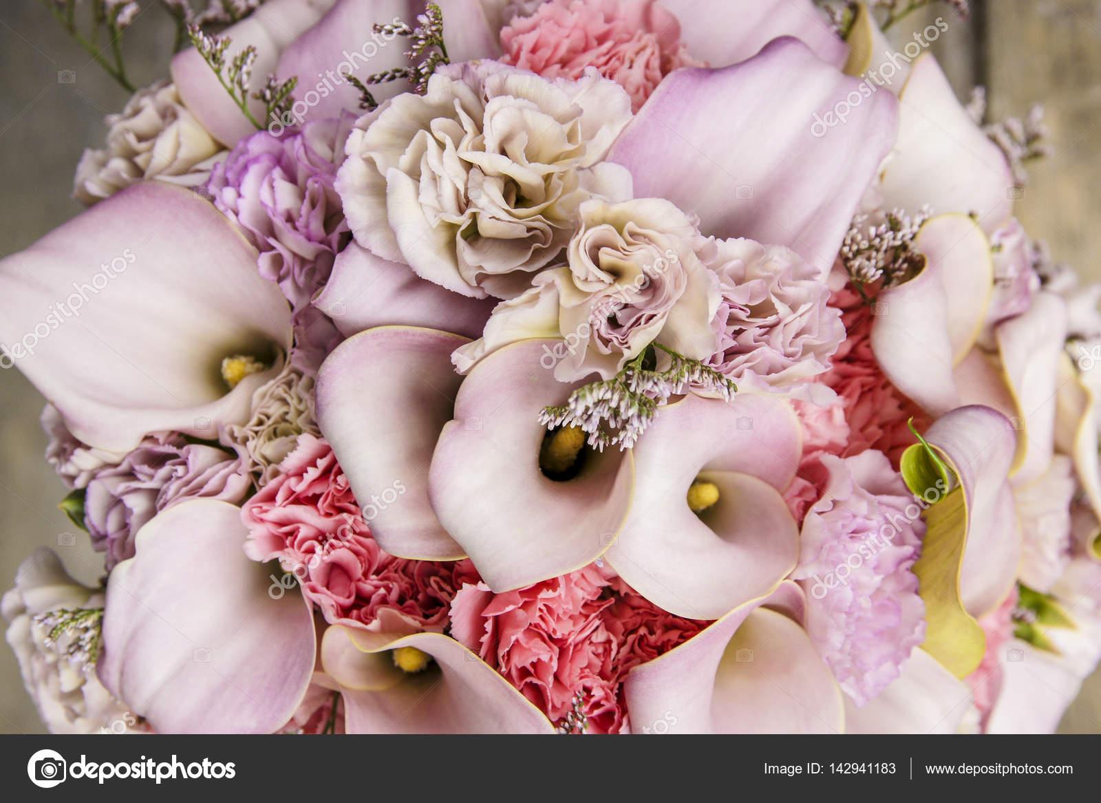 Ramo de boda con claveles y flores de lirio rosa — Fotos de Stock ...