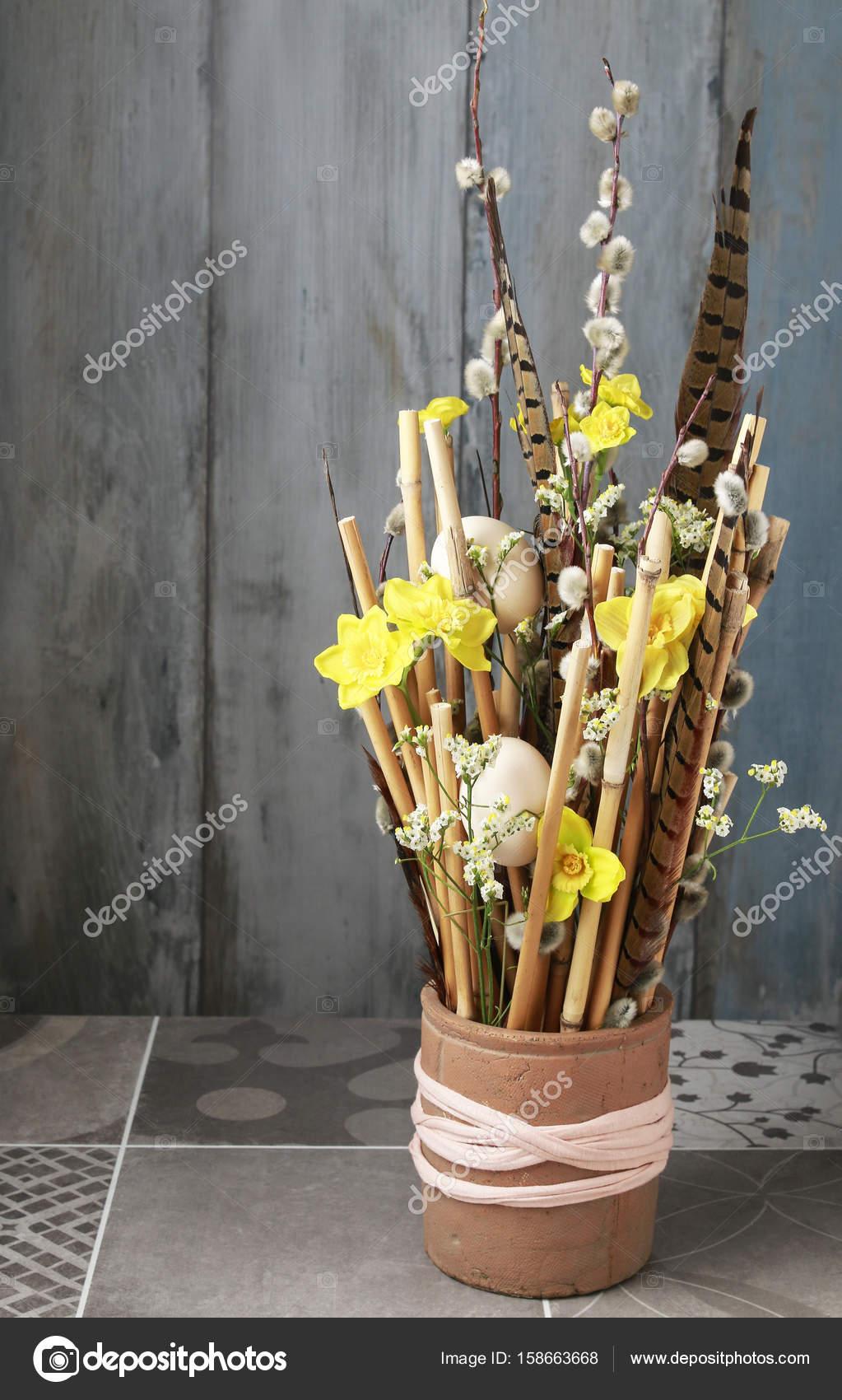 composition florale artificielles jonquilles et b tons de. Black Bedroom Furniture Sets. Home Design Ideas