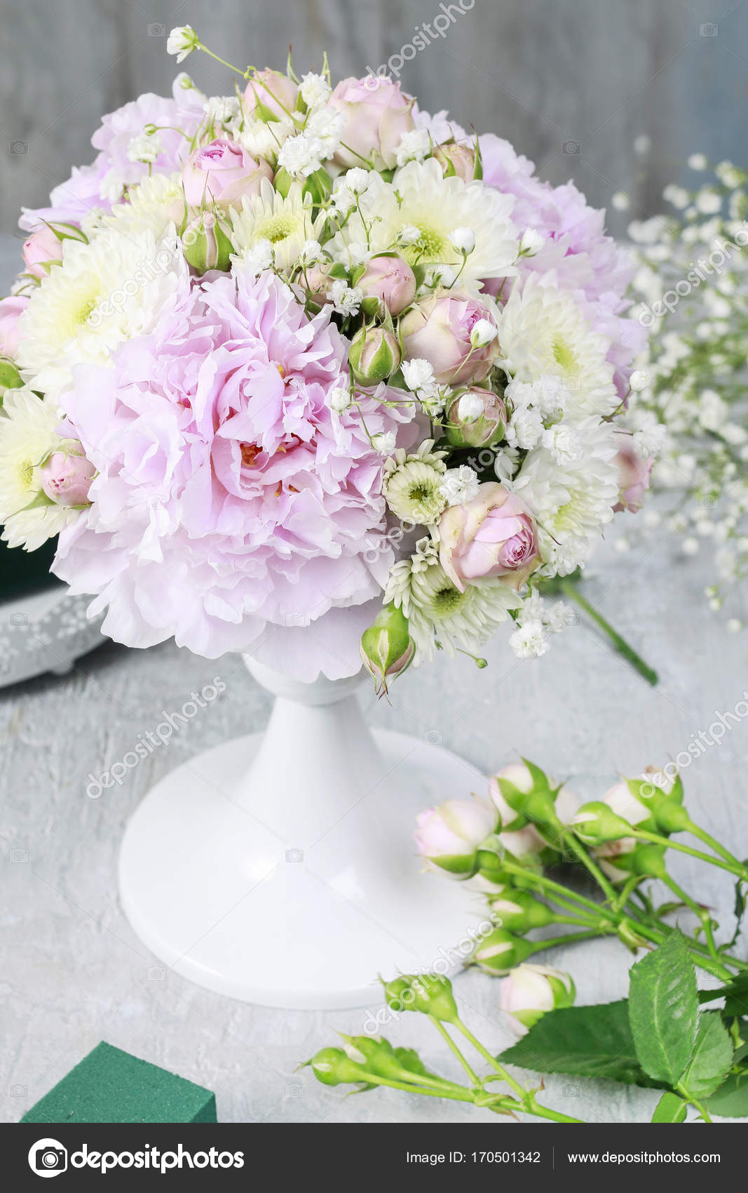 How to make wedding floral arrangement with peonies, roses, — Stock ...