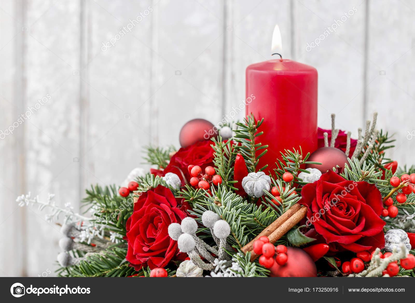 Decorare Candele Di Natale : Decorazione di natale con la candela rose rosse abete nodiflora