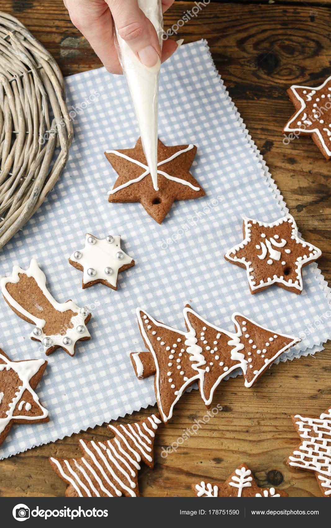 Plätzchen Verzieren Weihnachten.Lebkuchen Cookies Dekorieren Zu Weihnachten Stockfoto