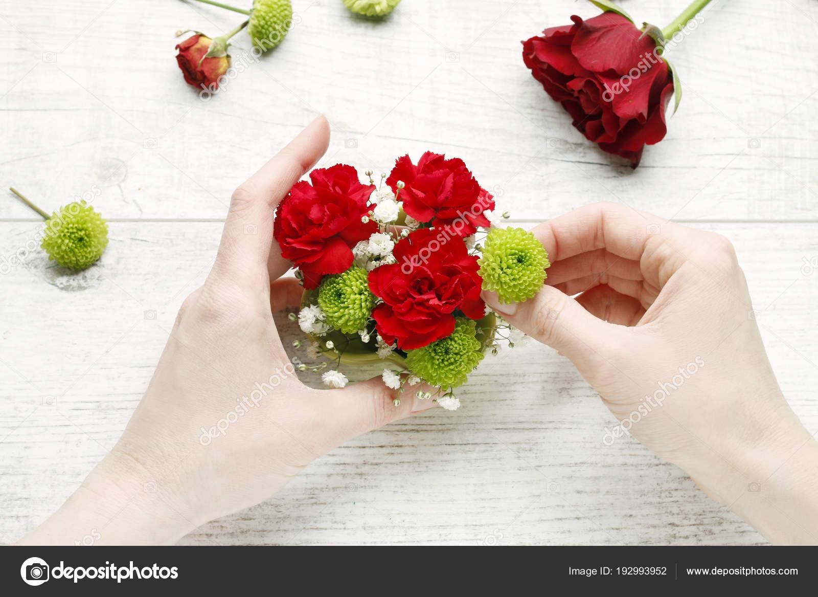 Como Hacer Arreglo Floral Sencillo Foto De Stock