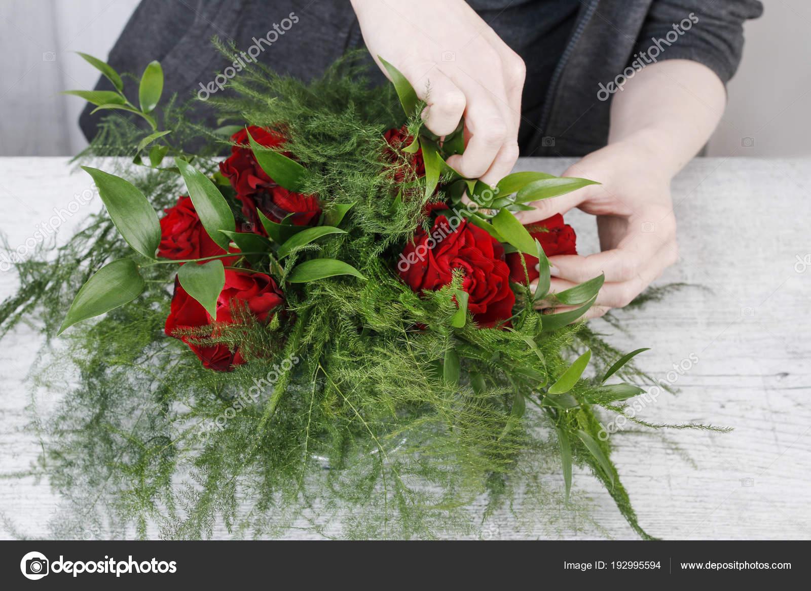 Cómo Hacer Simple Arreglo Floral Con Rosas Rojas Y Asparag