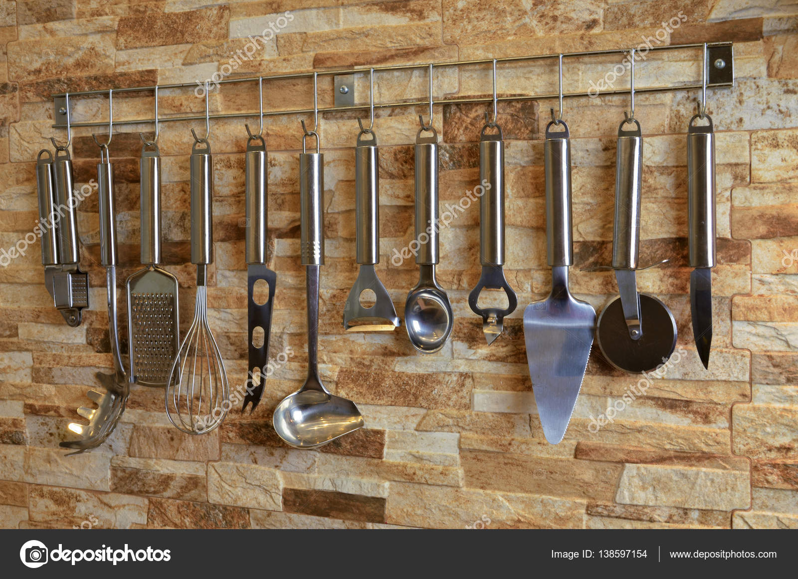 Satz von Küchenutensilien, die an der Wand hängen — Stockfoto ...