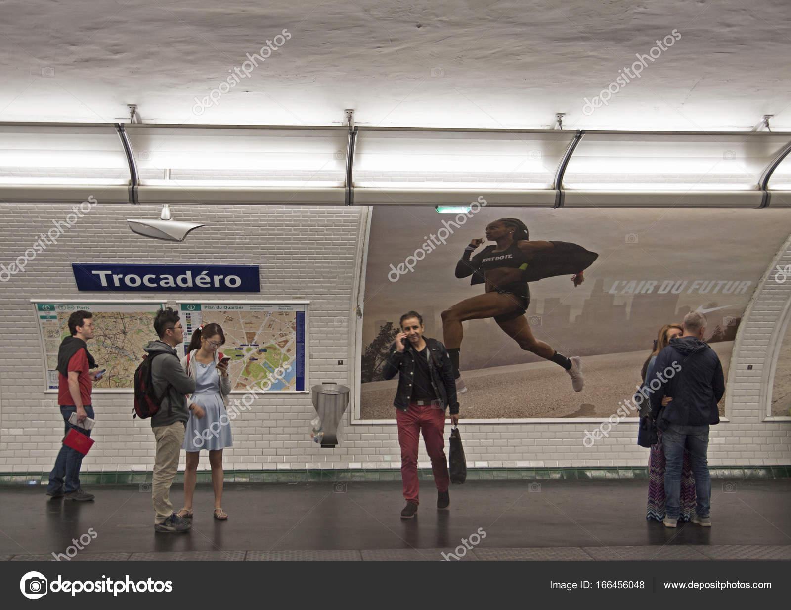 Vintage metro station parijs u2013 redactionele stockfoto © mauvries