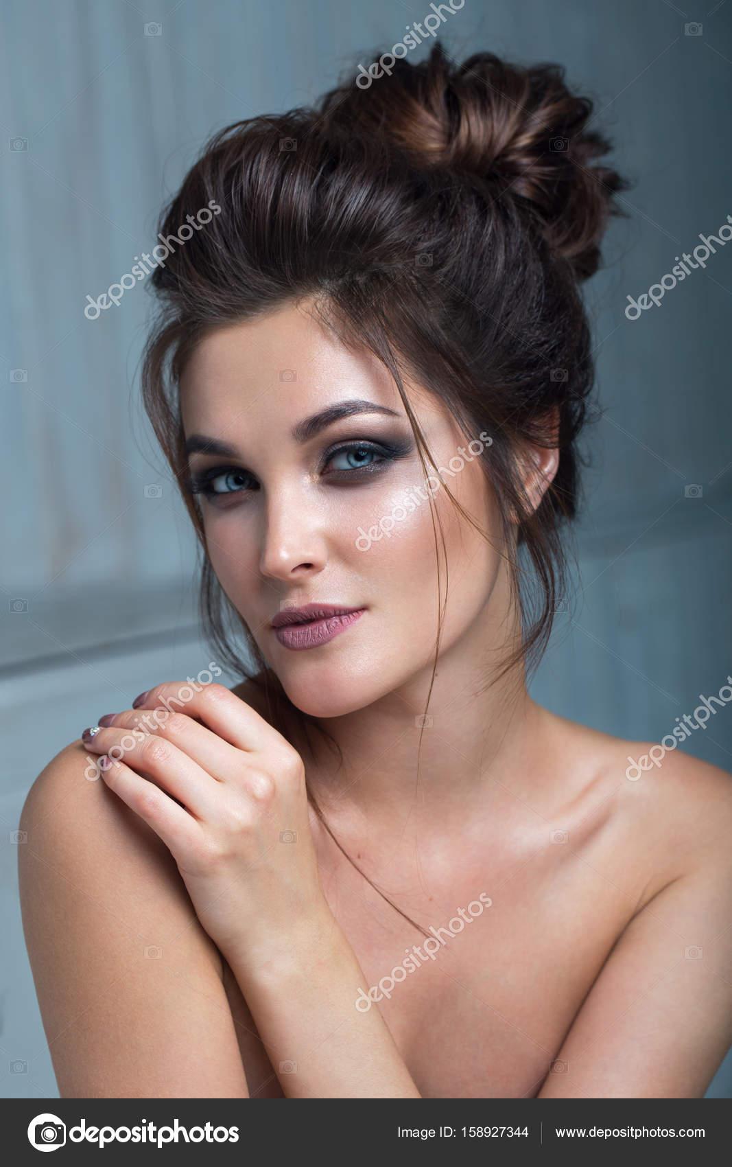Fille De Beau Modele Avec Une Coiffure Elegante Femme A La Mode