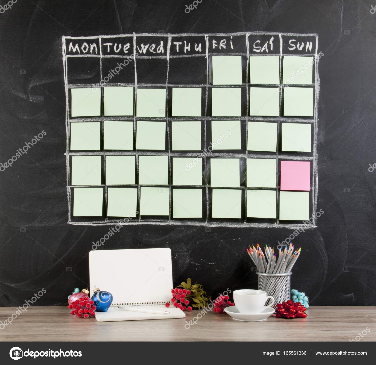 Weihnachten-Konzept: Raster Zeitplan Zeitplan mit Dekoration auf Bl ...