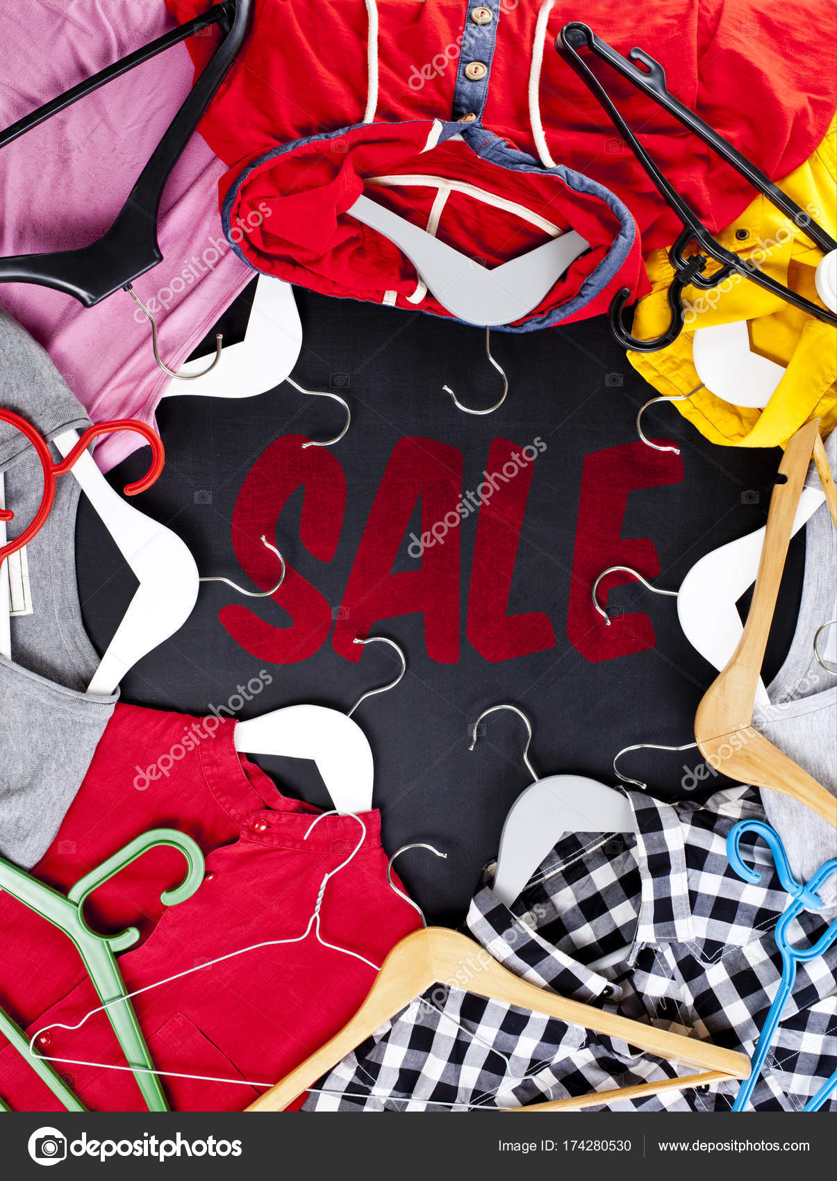 eb0a97c0b Negro viernes compra venta concepto con etiqueta roja de venta y ropa —  Fotos de Stock