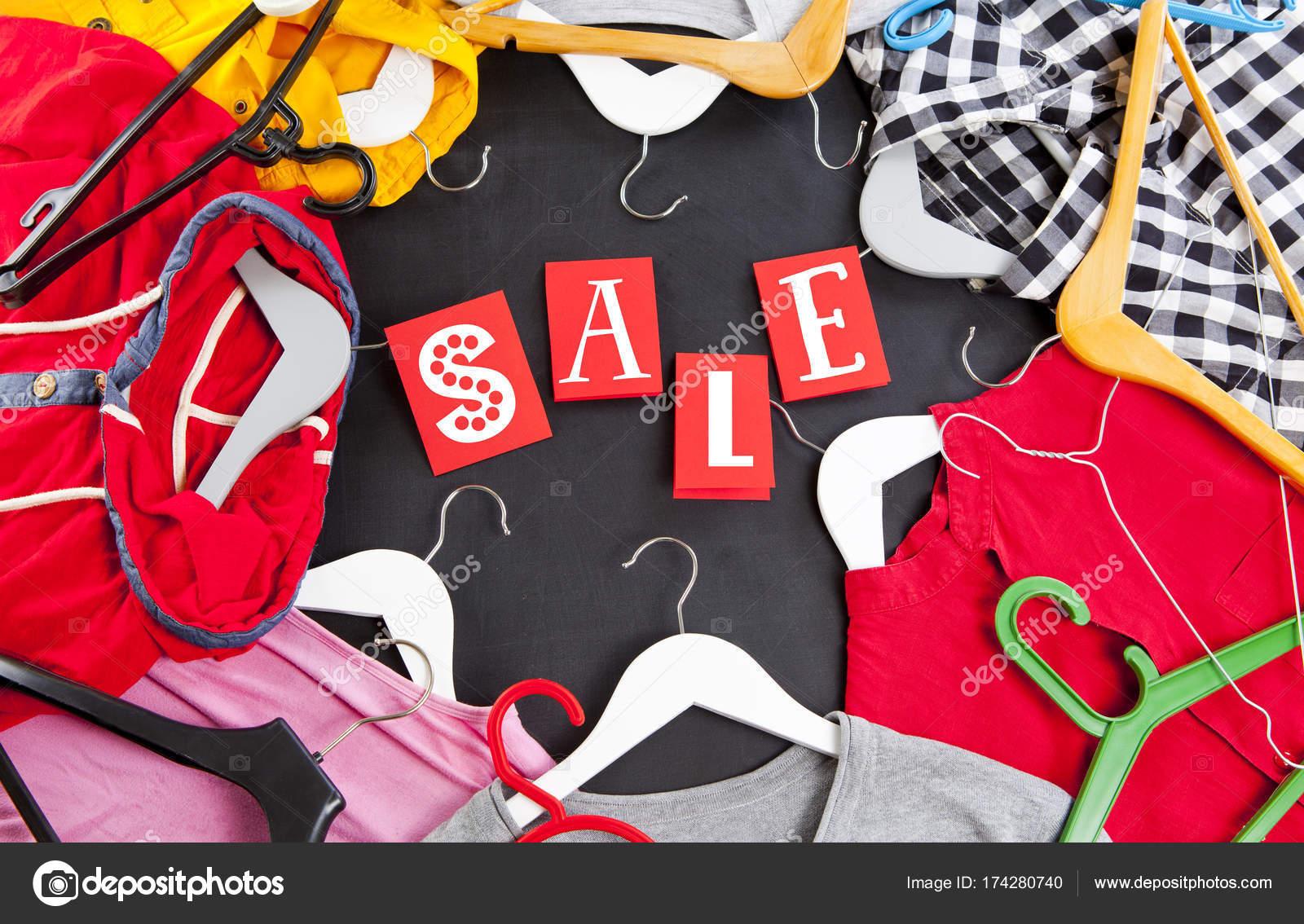 320785771 Negro viernes compra venta concepto con etiqueta roja de venta y ropa —  Foto de Stock