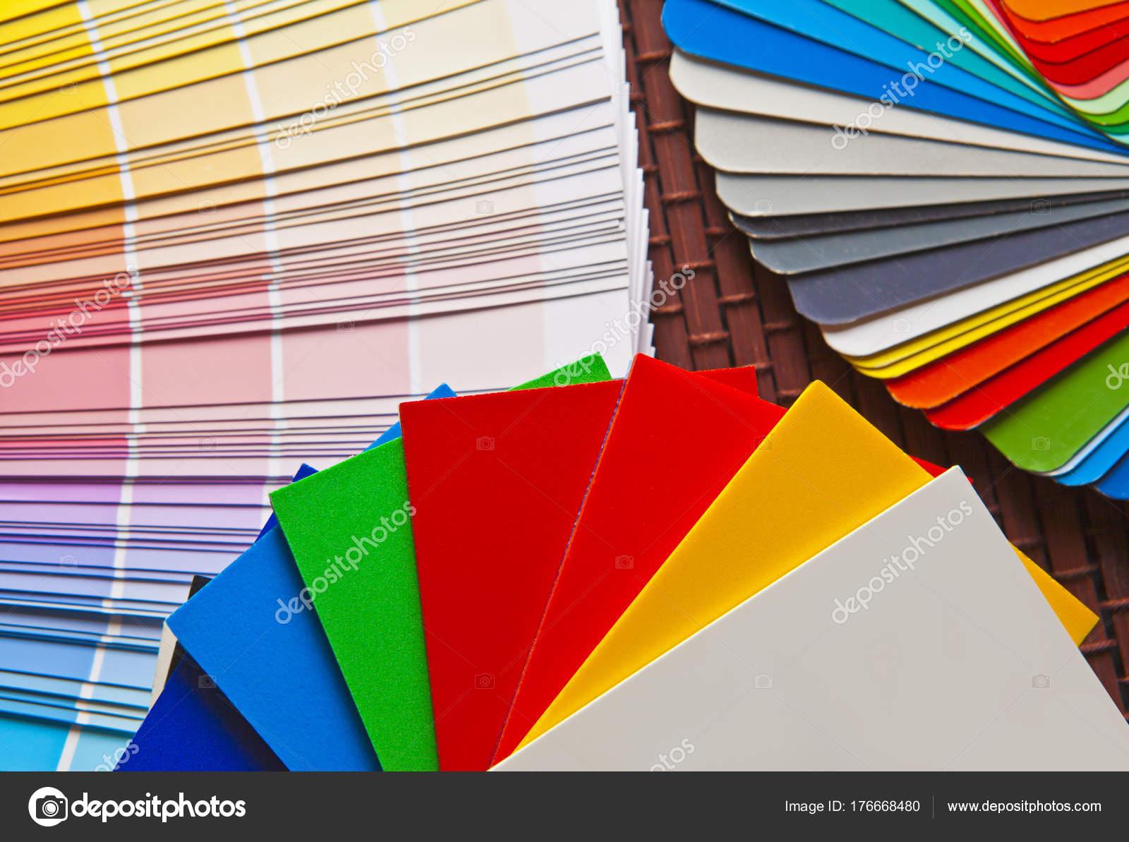 竹マットの上の開いているパントン ral 色カードのセット ストック写真