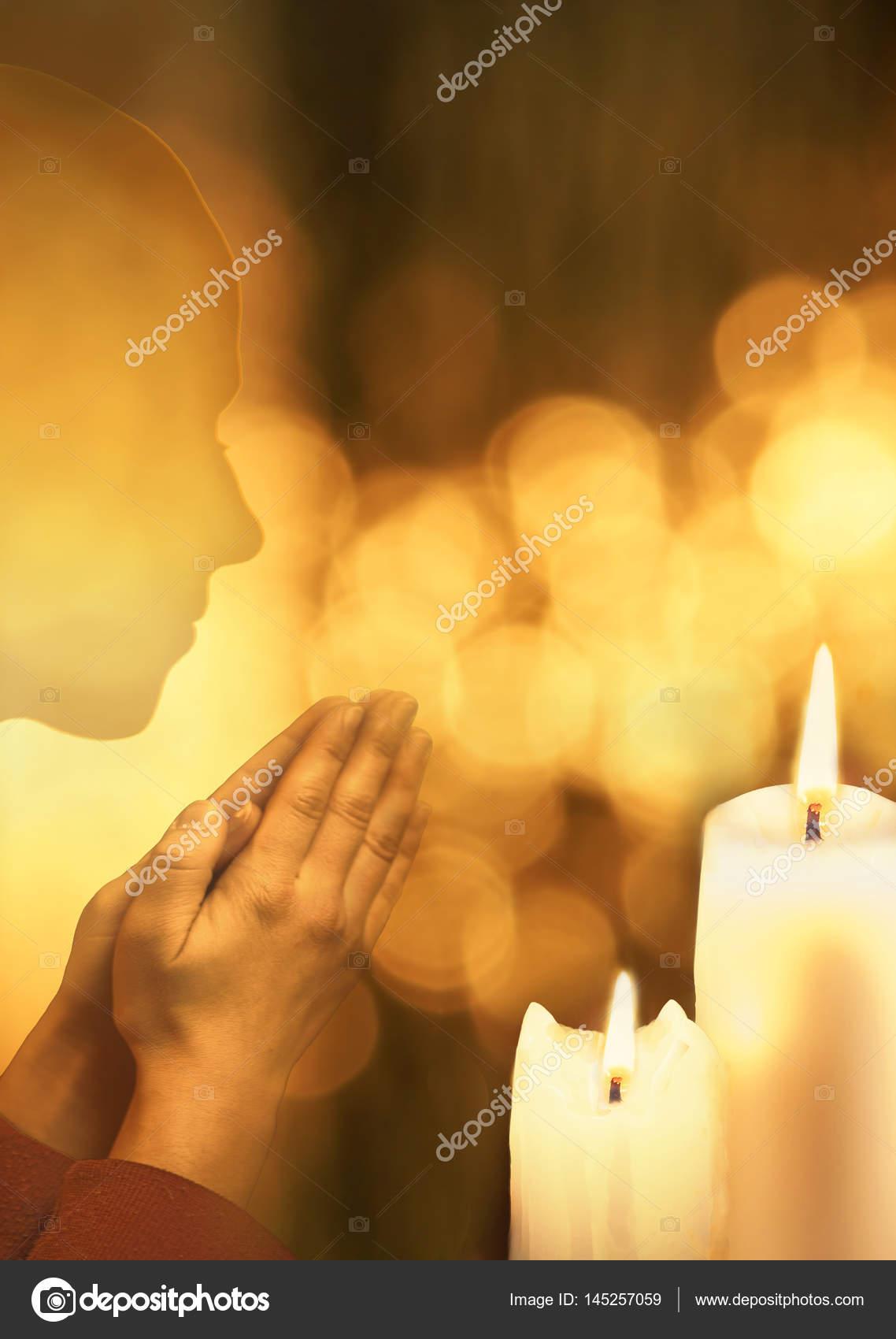 Populares pessoa orando no fundo brilhante com velas em chamas — Fotografias  LO22