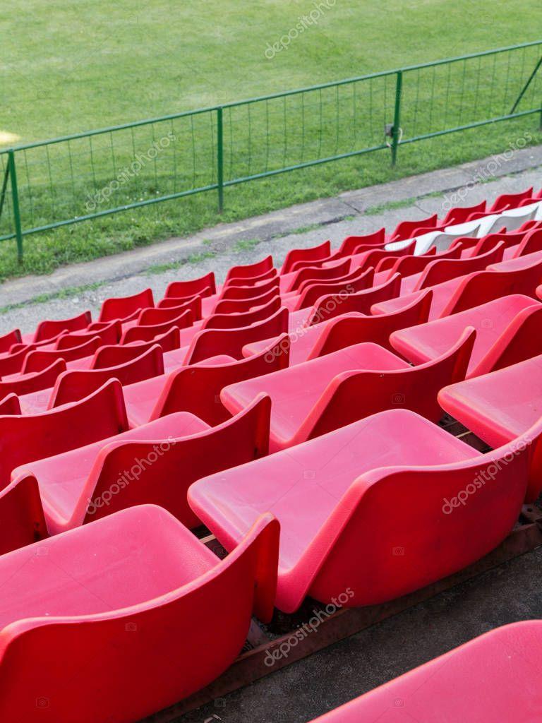 Fussball Stadion Tribune Rote Stuhle Stockfoto