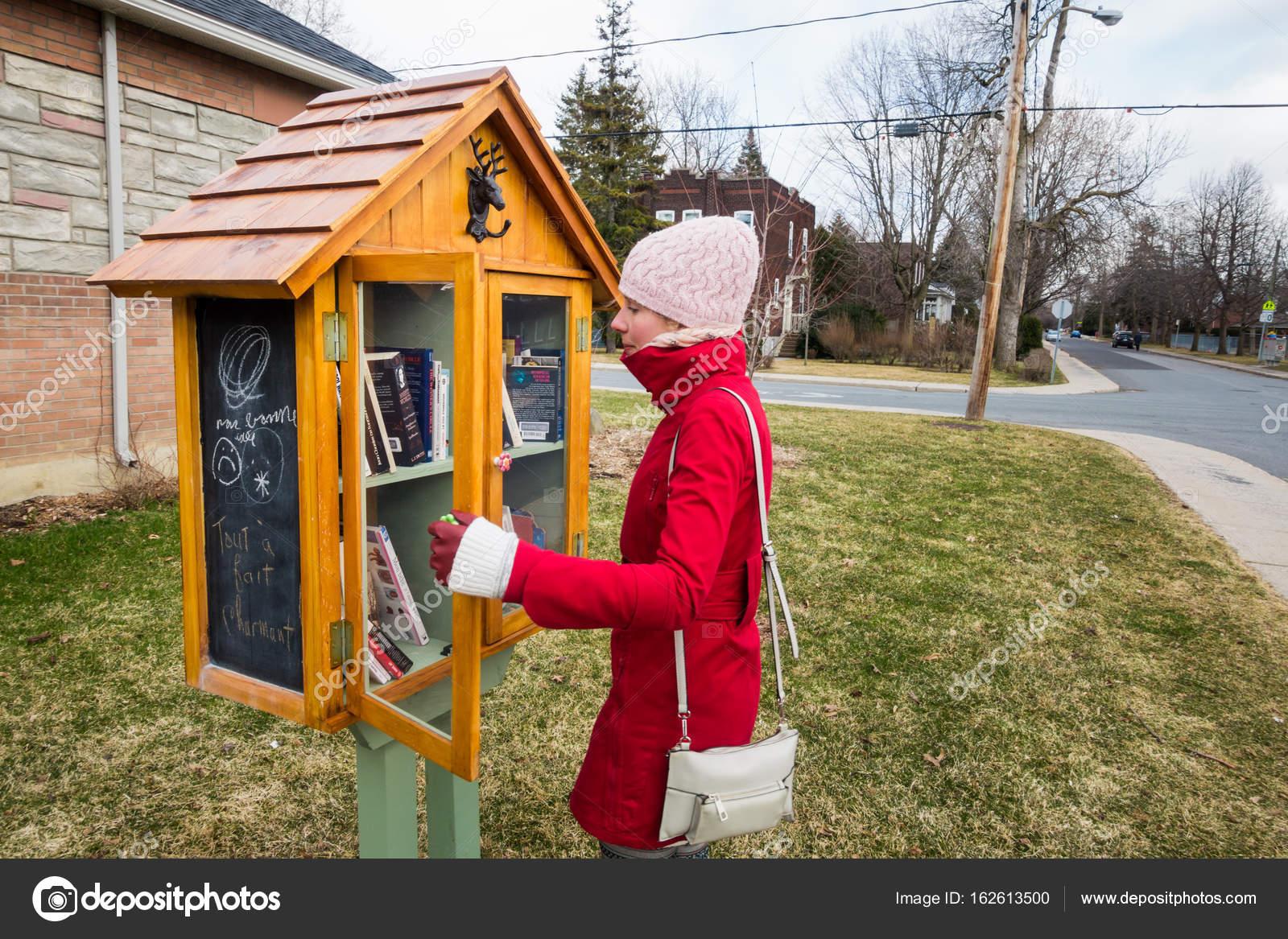 Petite bibliothèque de rue gratuit — Photo éditoriale © aetb #162613500