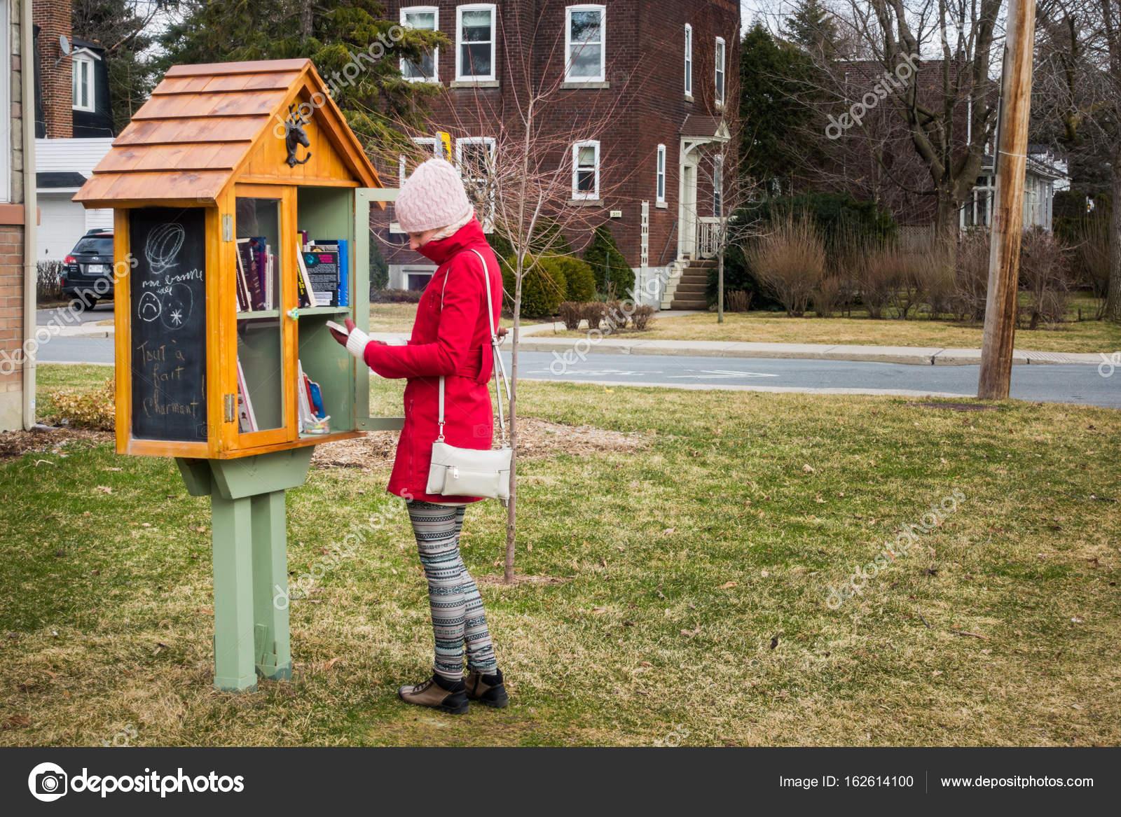 Petite bibliothèque de rue gratuit — Photo éditoriale © aetb #162614100
