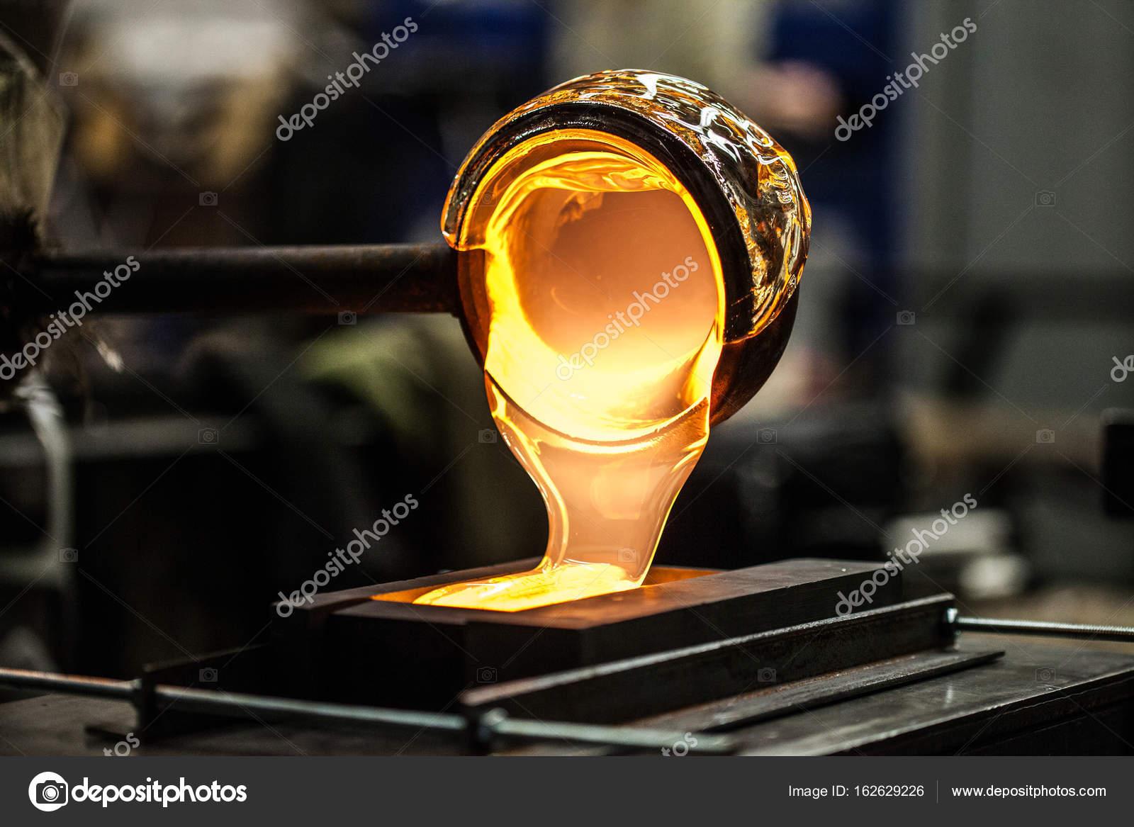 Super Despejar o vidro fundido num molde de grafite — Stock Photo © aetb  AH33