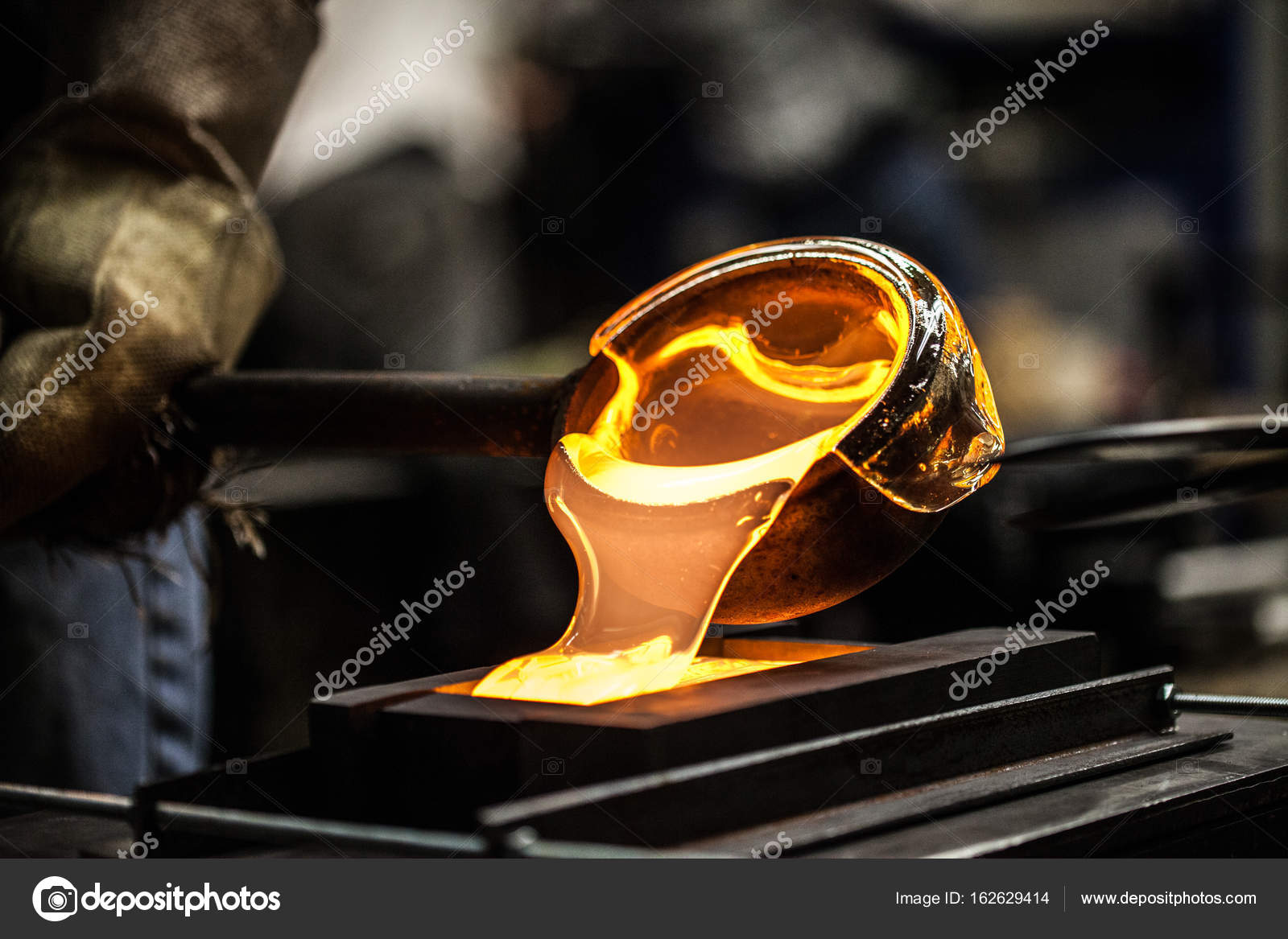 Suficiente Despejar o vidro fundido num molde de grafite — Stock Photo © aetb  IS49