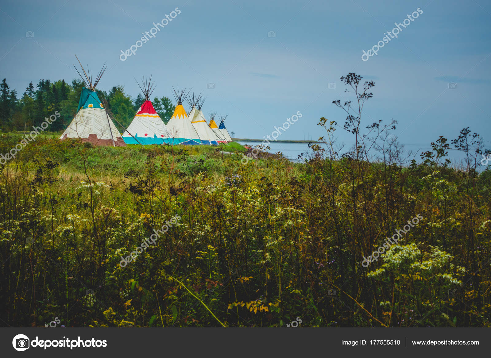 Traditional houses of native Americans installation — Stock Photo ...