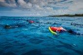 Ostrov San Andrés, Kolumbie - cca březen 2017: Volnopotapěči na povrchu Getting Ready přejít k hlubší místo pro potápění v Karibiku Deep Blue