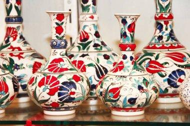 Doğulu Türk geleneksel seramik sürahileri ya da renkli çiçekli vazolar bir süs