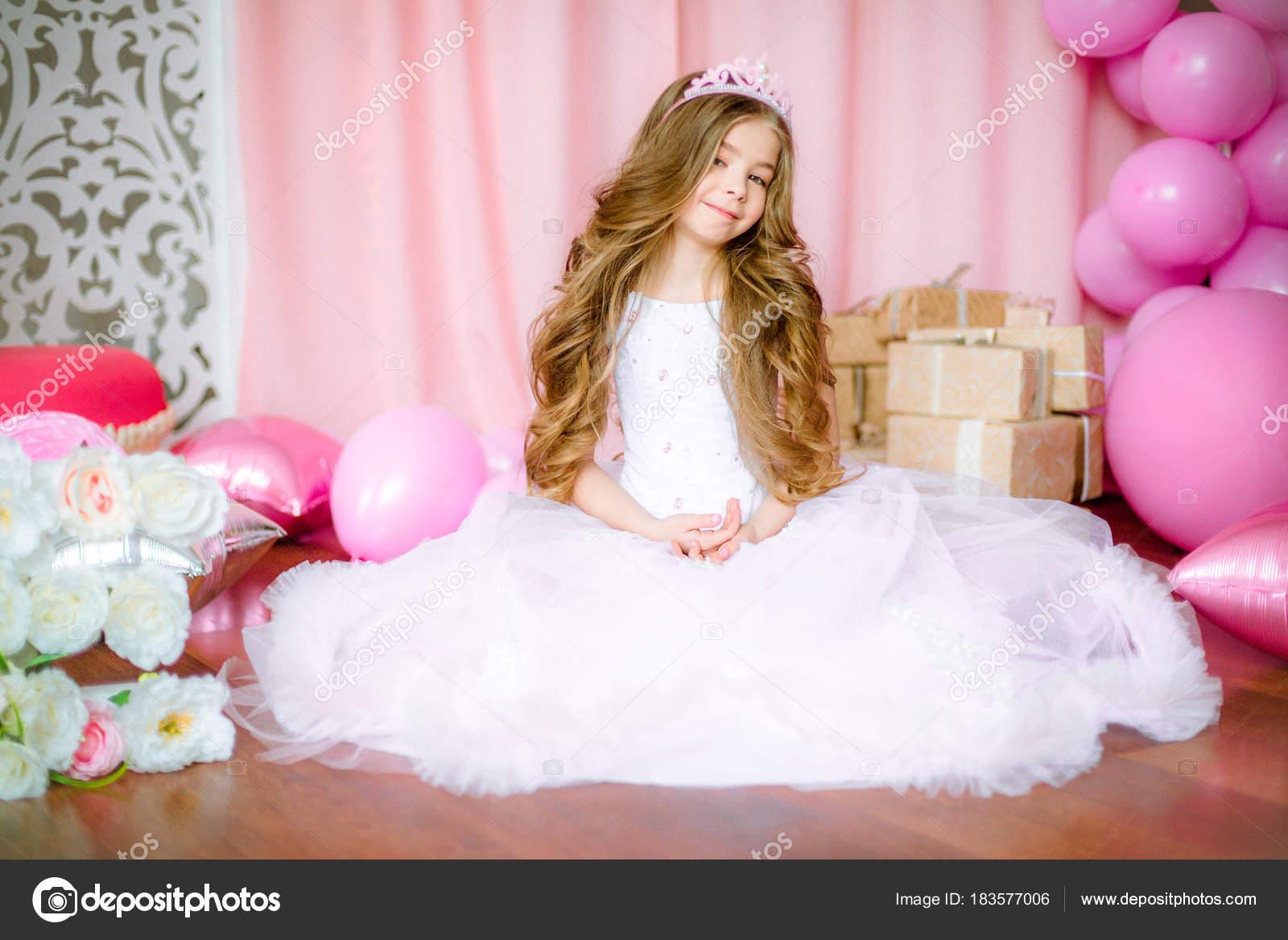 Chica Con Pelo Largo Rubio Luz Rosa Vestido Una Princesa — Foto de ...