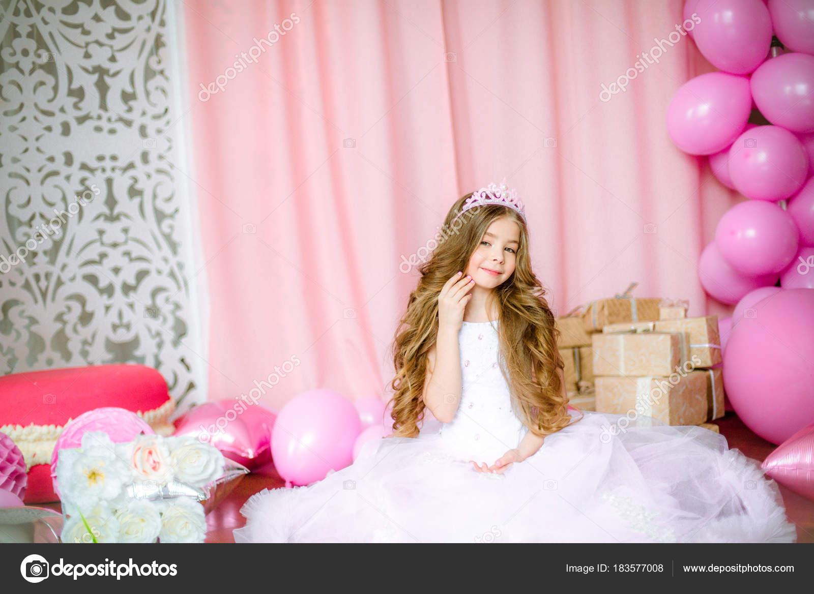 Chica Con Pelo Largo Rubio Luz Rosa Vestido Una Princesa — Fotos de ...