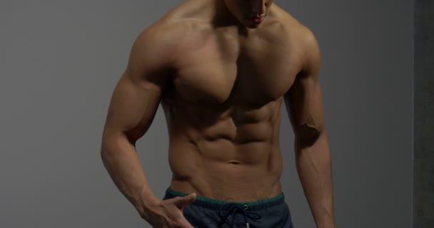 Fitness Model kroutí břišní svaly