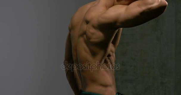 Svalnatý trup Fitness Model z profilu