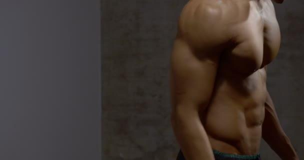 Svalnatý trup z profilu 2