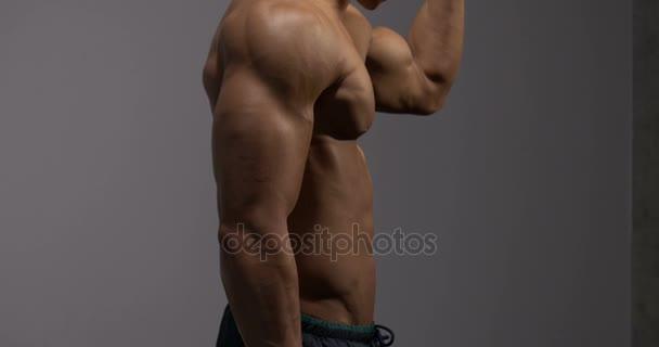 Protahuje biceps