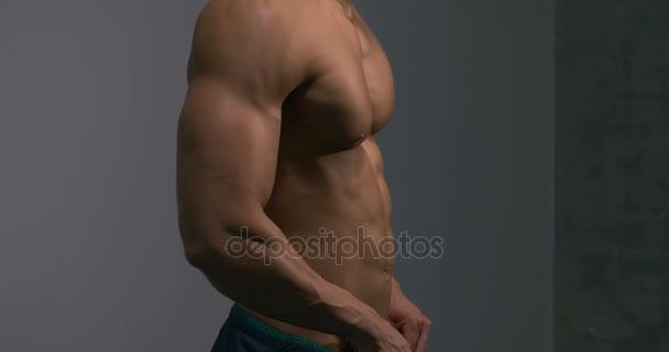 Trup těla tvůrce z profilu