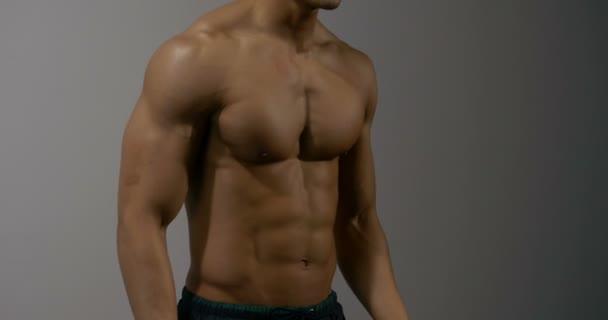 Fitness Model se připravuje na výkon