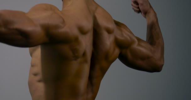 Tělo Builder zadní sval protahuje 2