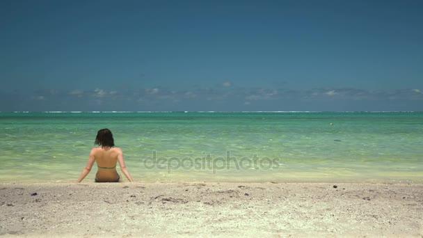 junge Frau und der endlose Ozean