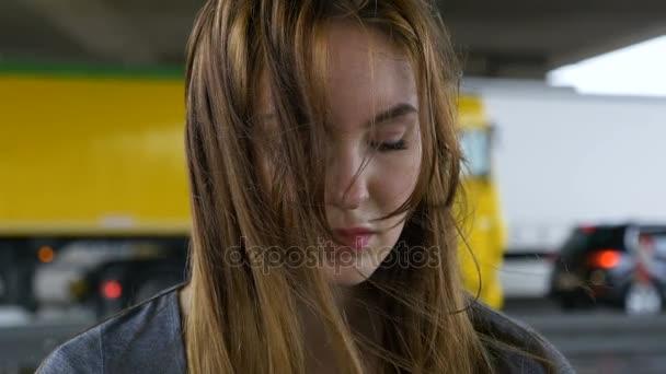 Smutná mladá žena na deštivý den