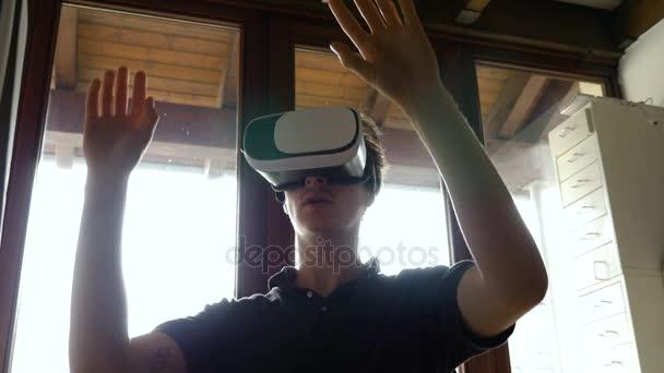 Mann mit virtual-Reality-Brille