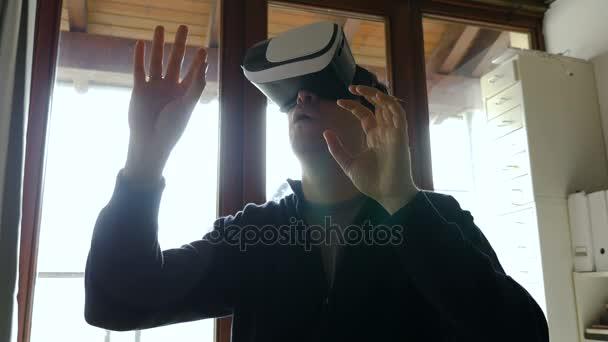 Mann Brille trägt Virtual Reality 6