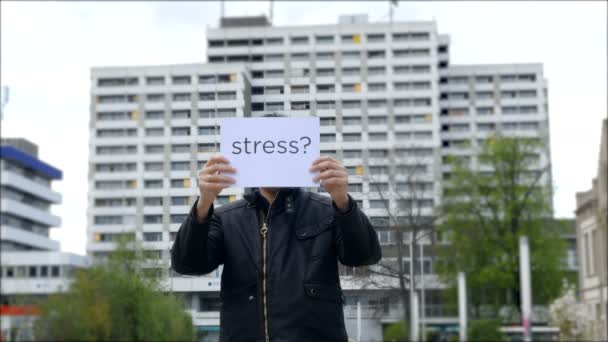 Muž, který držel znamení stresu před obličejem