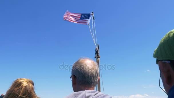 Americká vlajka mávání na lodi