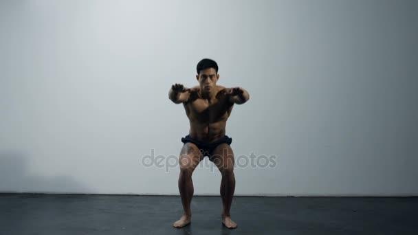 Fitness Model nohu cvičení, dřepy