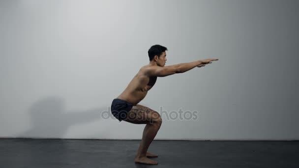 Fitness Model provádí dřepy, profil