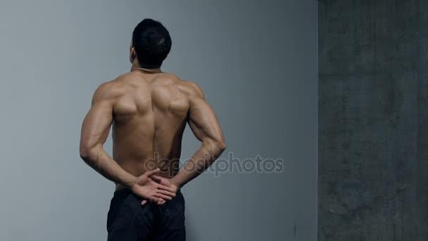 Fitness Model ohýbá pasti, zádové svaly