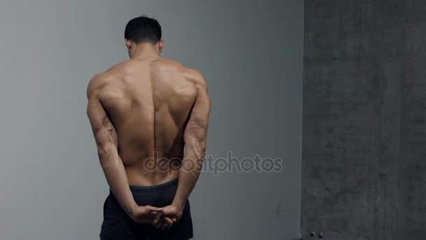 Triceps, deltový sval a pasti