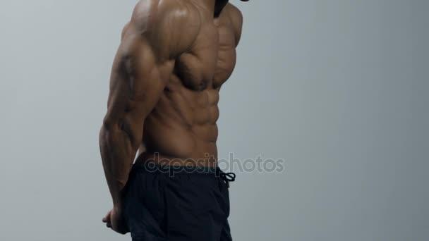 Fitness Model ohýbá prsními ploutvemi a Biceps