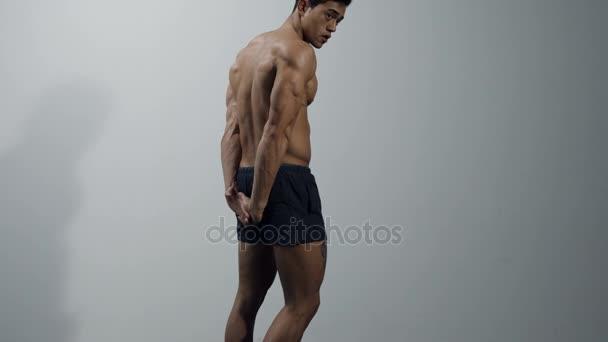Fitness Model ohýbá prsními ploutvemi, Biceps a Triceps