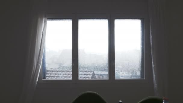 Deštěm promáčené okno
